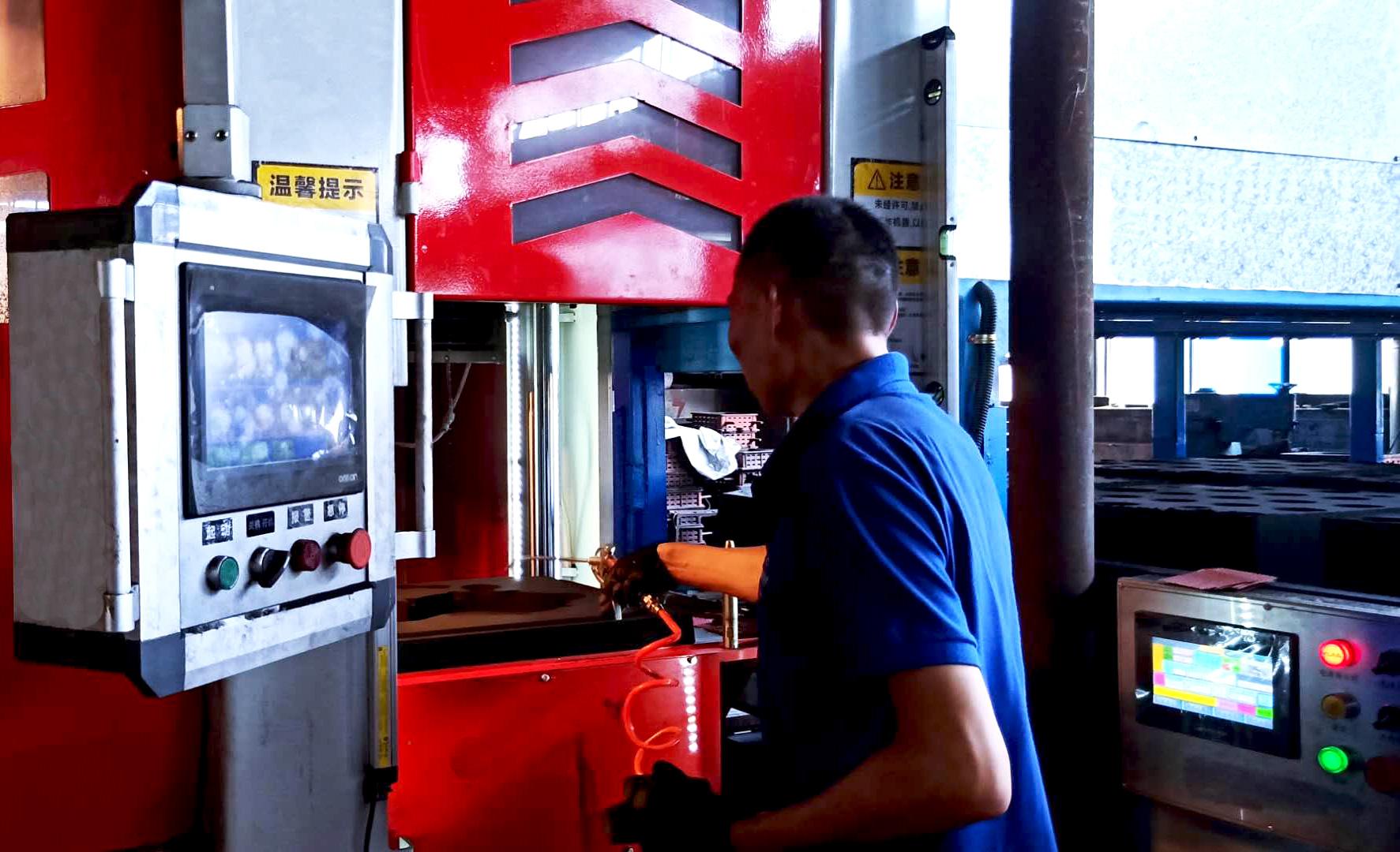 铸造车间人员正在操作造型机