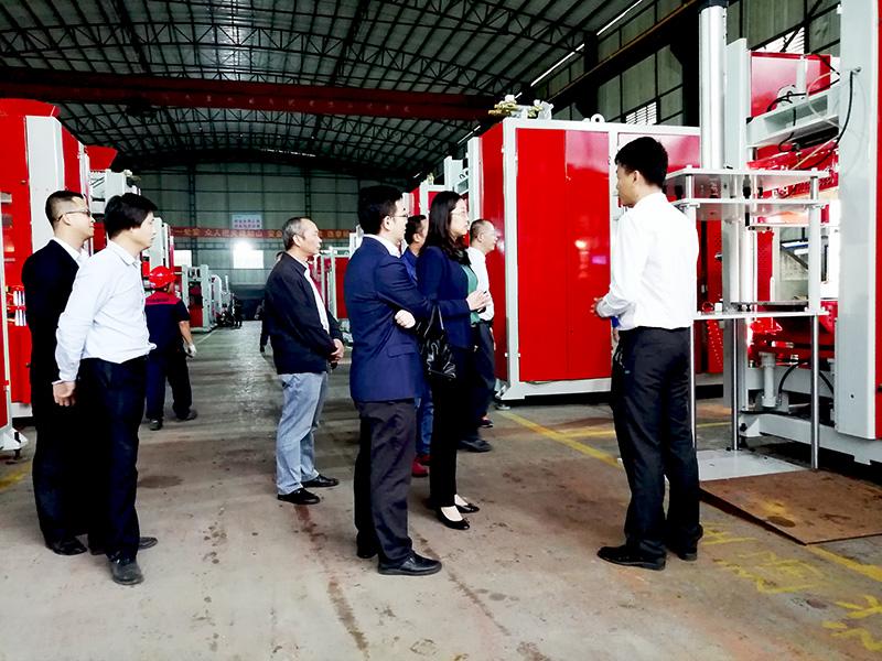 中铸机械技术人员为客户介绍水平造型机