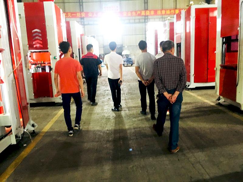 Take customers to visit zoomzu factory